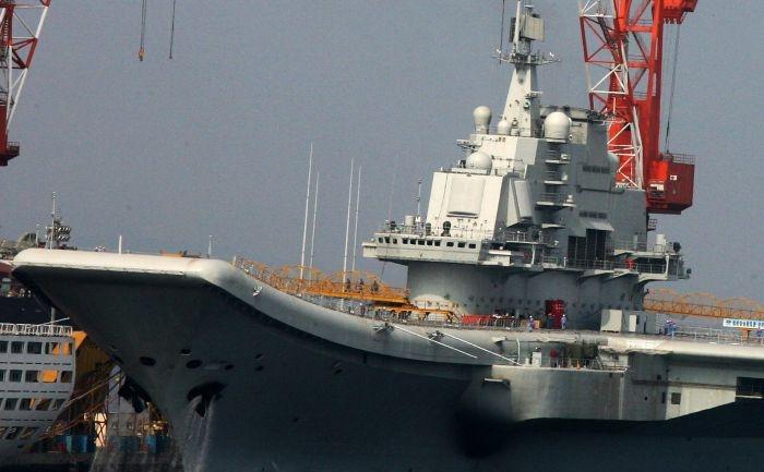 Aceasta fotografie facuta in 4 august 2011 prezinta primul portavion chinez ancorat in portul Dalia, provincia chineza nord-estica Liaoning. (STR/AFP/Getty Images)