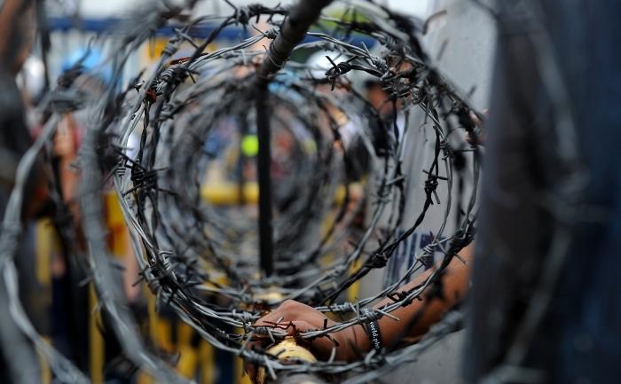 Colacii de sârmă ghimpată ai crimelor comunismului ţin poporul român legat (NOEL CELIS / AFP / Getty Images)