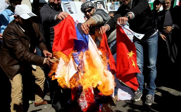 После российской бомбардировки демонстранты в сирийском Алеппо растоптали флаг РФ - Цензор.НЕТ 6456