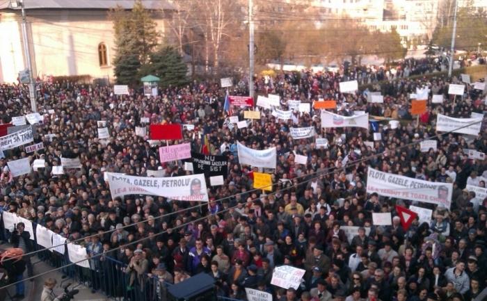 Mii de barladeni protesteaza impotriva exploatarii gazelor de sist. (foto prin bunavointa lui Vlad Ursuleanu)