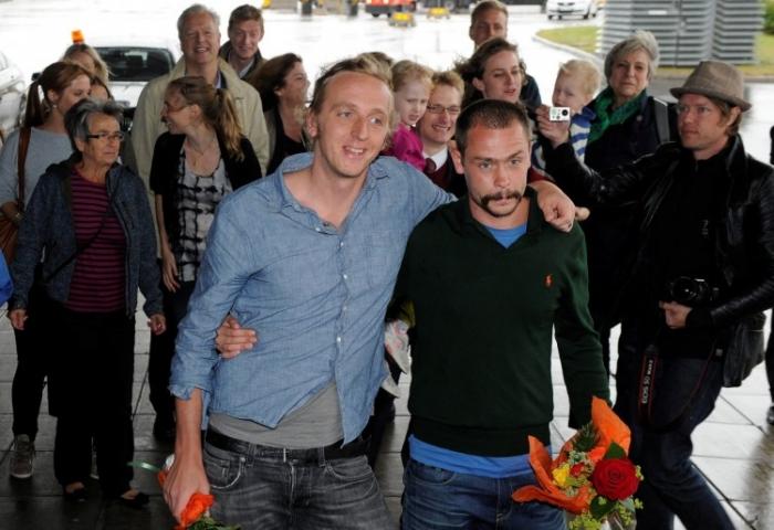 Reporterii suedezi, Martin Schibbye (stânga) şi Johan Persson la sosirea pe Aeroportul Arlanda din Stockholm, pe 14 septembrie. (Anders Wiklund / AFP / GettyImages)