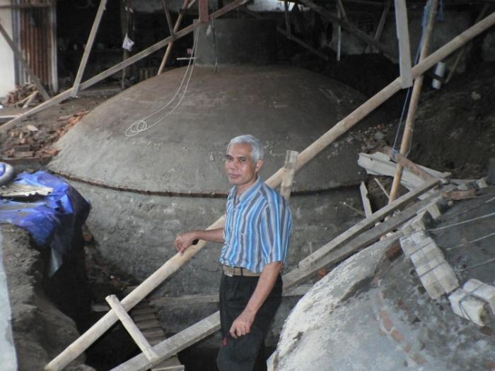 Mohammad Junidi Chasan, CEO al companiei indoneziene Bionat, în faţa uzinei de biogaz din Sleman, Indonesia, arhivă (prin bunăvoinţa Universităţii Boras)