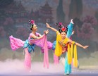 Dansatorii Shen Yun Performing Arts în posturi rafinate tipice de dans clasic chinez (© 2013 SHEN YUN PERFORMING ARTS)