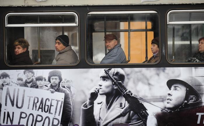 Pe un tramvai sunt afişate poze ce înfăţişează căteva momente timişorene ale Revoluţiei din 1989.