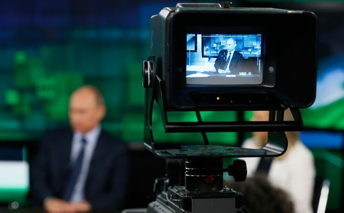 Vladimir Putin la sediul televiziunii de stat Russia Today, 11 iunie 2014 în Moscova (Yuri Kochetkov/AFP/Getty Images)