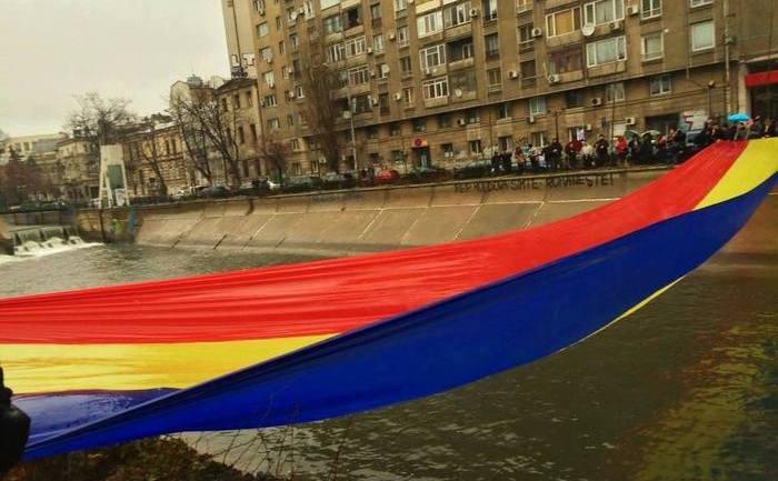 Pod tricolor peste Dâmboviţa, Bucureşti, 24 ianuarie 2015. (Facebook)
