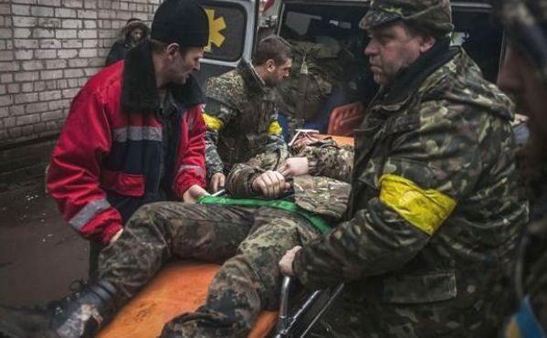 Un soldat ucrainean rănit în luptele de lângă Debalţeve este transportat pe o targă pentru a primi îngrijiri medicale, 2 februarie 2015.   (Captură Foto)