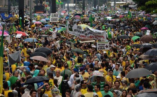 Peste un 1 milion de brazilieni au manifestat în 15 martie 2015 în Sao Paulo, împotriva corupţiei, economiei slabe şi împotriva preşedintei Dilma Rousseff. (NELSON ALMEIDA/AFP/Getty Images)