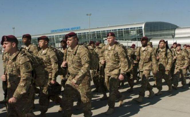 Soldaţi americani ai Brigăzii 173 Aeropurtate sosesc în Ucraina. (Captură Foto)