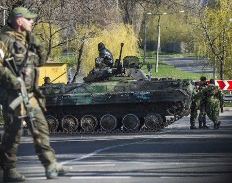 Soldaţi separatişti pro-ruşi stau de pază la un punct de control în Doneţk, 23 aprilie 2015. (Captură Foto)