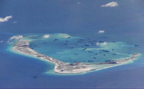 Nave ale Chinei lângă Reciful Mischief Reef, arhipeleagul Spratly Islands Marea de Sud a Chinei. (US Navy)