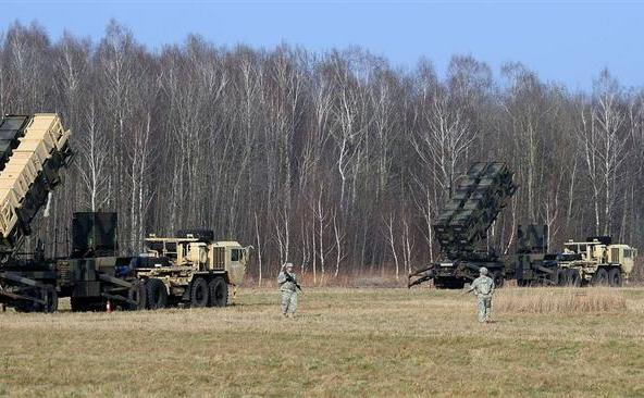 Soldaţi americani păzesc un sistem de apărare  antirachetă Patriot la un poligon de testare din Sochaczew, Polonia, ca  parte a unui exerciţiu comun cu trupele poloneze. (Captură Foto)
