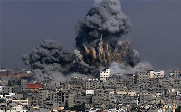 Fum negru se ridică la cer după un atac al armatei israeliene în orasul Gaza în 29 iulie 2014. (Captură Foto)