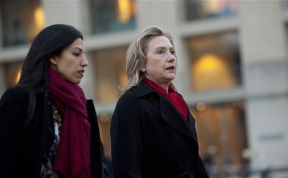 Fostul secretar de stat Hillary Clinton (dr) şi consiliera ei Huma Abedin. (Captură Foto)