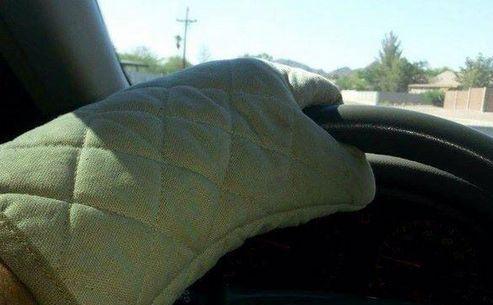 Un cipriot îşi protejează mâinile cu mănuşi de cuptor de volanul încins al maşinii. (Captură Foto)