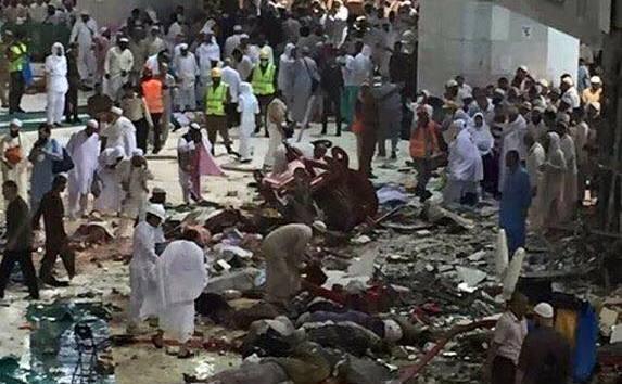 O macara s-a prăbuşit pesteMarea Moscheea din Mecca. (facebook.com)