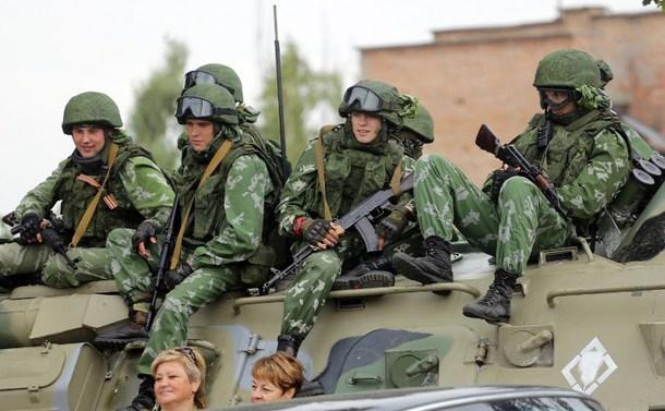 Separatişti pro-ruşi stau pe un blindat în regiunea Doneţk, 7 septembrie 2015.