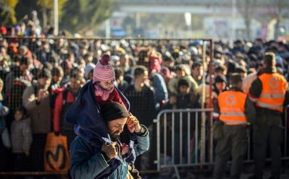 Refugiaţii aşteaptă în oraşul sloven Sentilj pentru a trece graniţa sloveno-austriacă, 3 noiembrie 2015.