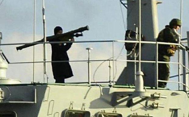 Fotografie difuzată de NTV în care un soldat rus ţine pe umeri un lansator de rachete în timp ce nava sa trece prin Istanbul.