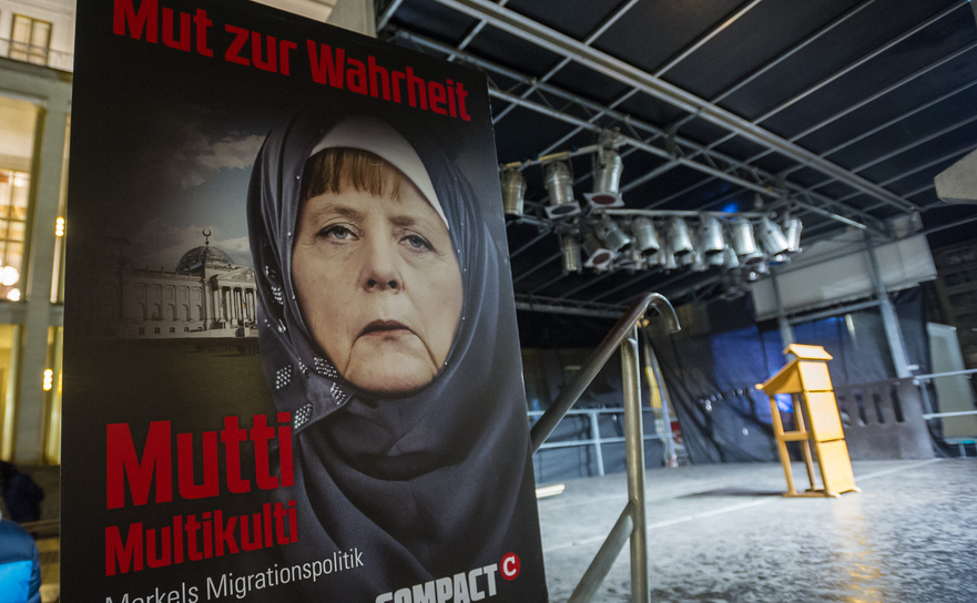 Banner cu Angela Merkel la un miting Legida, o mişcare din Leipzig, inspirată de PEGIDA (din Dresda)
