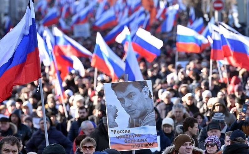 Mii de ruşi comemoreaza aniversarea unui an de la asinarea lui Boris Nemţov la Moscova, 27 februarie 2016.