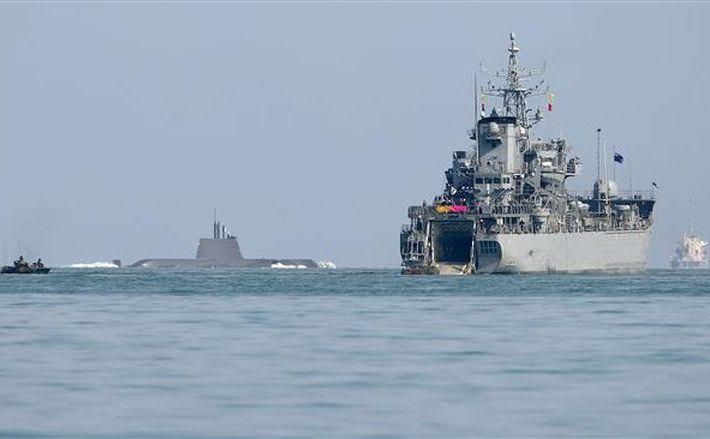 Một tàu tấn công (bên trái), một tàu ngầm (giữa) và một con tàu đổ bộ của hải quân Hàn Quốc nhìn từ cảng Pohang ở Đông Nam, ngày 7 tháng 3, năm 2016. (Ảnh chụp màn hình)
