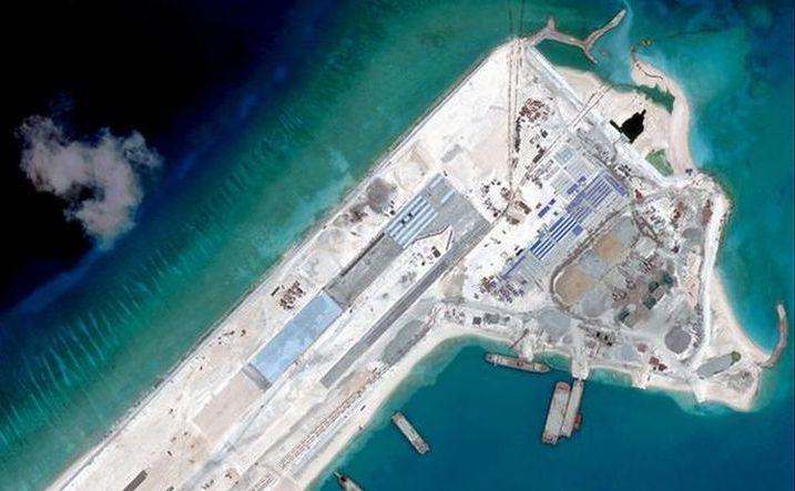 Một đường băng do Trung Quốc xây dựng trên bãi đá ngầm Fiery Cross (Đá Chữ Thập) ở Biển Đông. (Ảnh chụp màn hình)