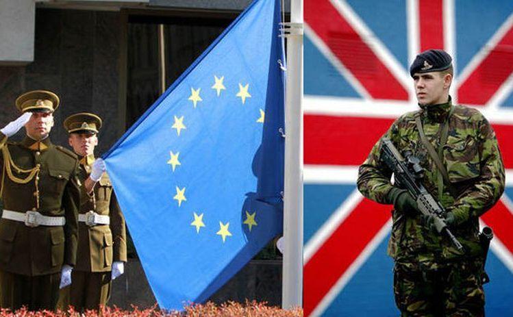 Un soldat britanic stă lângă steagul ţării sale, în timp ce alţi doi soldaţi salută lângă steagul UE.