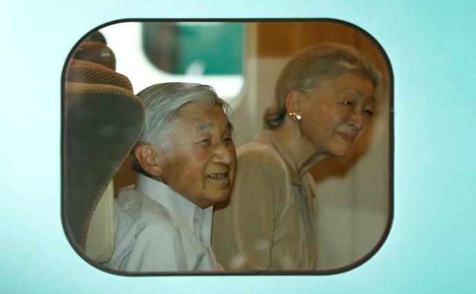 Ở Nhật, Nhật Hoàng đi du lịch bằng tàu điện như bất kỳ người Nhật nào khác