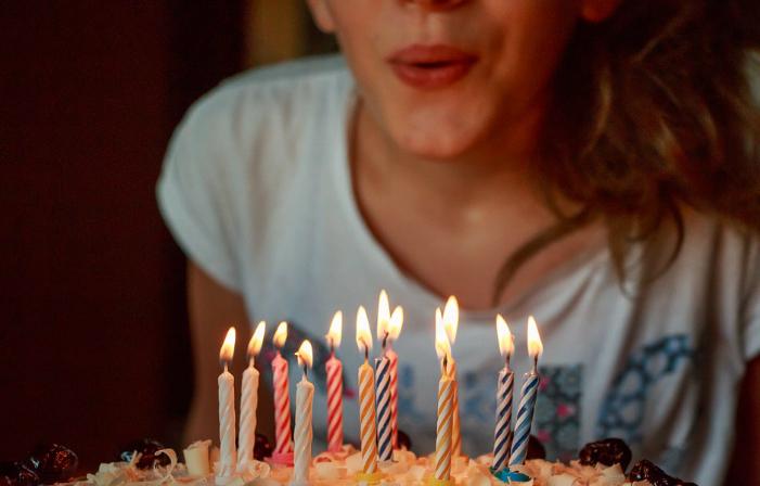 Thổi nến trên bánh sinh nhật (pixabay.com)