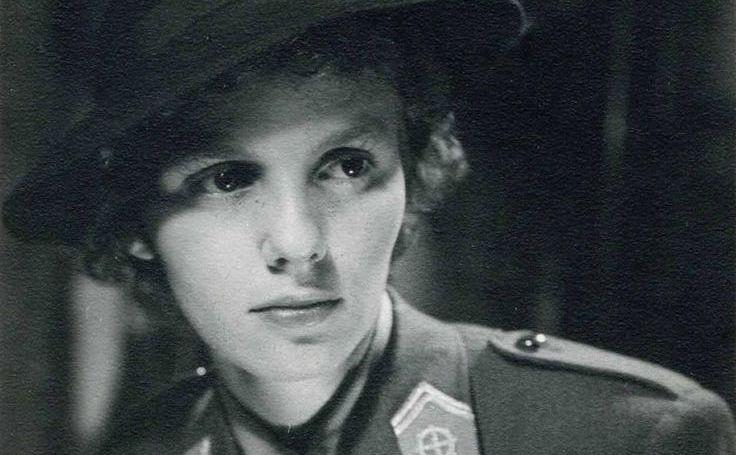Regina Ana, pe când servea ca voluntar alături de Forţele Franceze Libere (sub comanda generalului Charles du Gaulle)