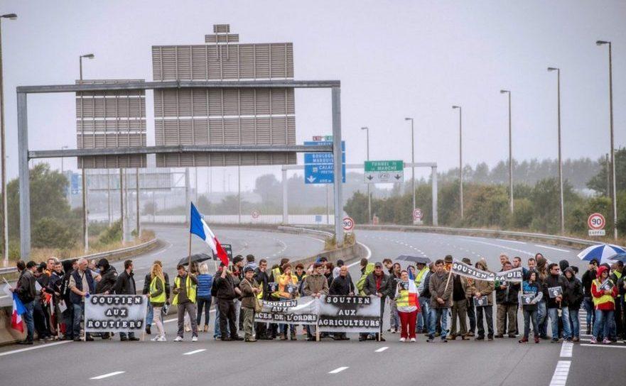 Rezidenţi ai oraşului nordic francez Calais afişează bannere şi steaguri naţionale blocând autostrada A16 în 5 septembrie 2016. Manifestanţii cer închiderea taberei de imigranţi din Calais.