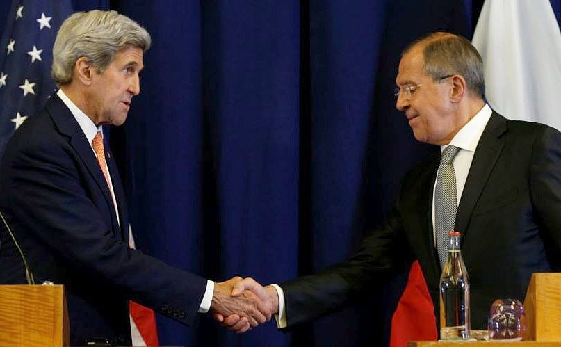 Secretarul de stat american John Kerry (st) dă mâna cu ministrul rus de externe Serghei Lavrov la finalul unei conferinţe de presă organizată după întâlnirea lor din Geneva, Elveţia, 9 septembrie 2016.