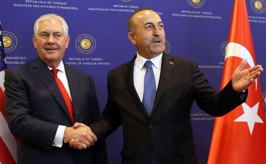 Secretarul de stat american Rex Tillerson alături de ministrul turc de externe Mevlut Cavusoglu în timpul unei conferinţe de presă în Ankara, Turcia, 30 martie 2017.