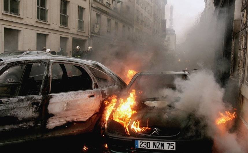 Automobile incendiate în Paris